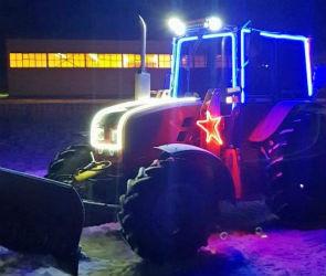 Под Воронежем местный житель чистит улицы села от снега на собственном тракторе