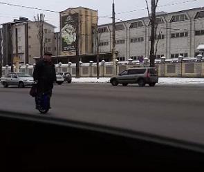 В Воронеже дедушка на моноколесе промчался по дороге и попал на видео
