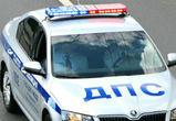 В Воронеже сотрудник ГИБДД отремонтировал сломавшийся на дороге ВАЗ девушки