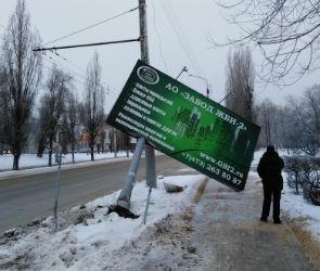 В Воронеже автобус с пассажирами сбил рекламный щит