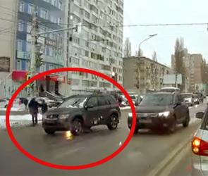 Полиция Воронежа разбирается с водителем, сбившим на светофоре школьницу (видео)