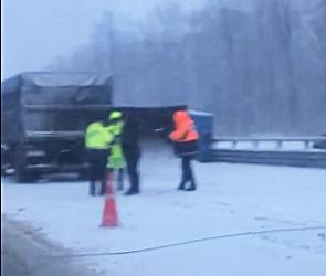 Полиция выясняет причины ДТП под Воронежем, где опрокинулась фура с зерном