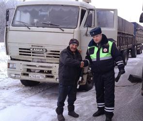 Появились фото спасения водителя фуры, полтора дня замерзавшего под Воронежем