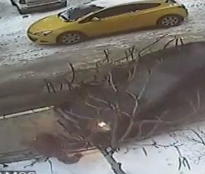 На видео попал момент ДТП, в котором автомобилистка сбила на тротуаре женщину