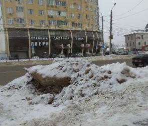 Воронежцев возмутили глыбы льда на платных парковках