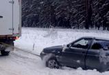 На воронежской трассе автоинспекторы помогли вытащить ВАЗ, вылетевший в кювет