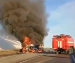 Видео с места жуткого ДТП с возгоранием на воронежской трассе появилось в Сети