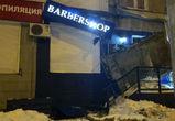 В центре Воронежа рухнувший с крыши снег сломал козырек барбершопа