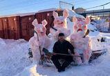 У авторынка в Воронеже появилась снежная скульптура трех поросят