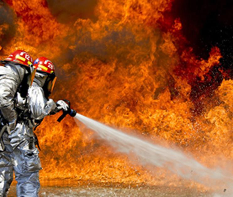 10 человек тушили пожар в воронежской парикмахерской