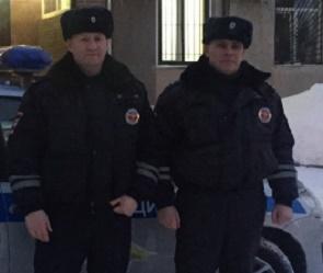 Под Воронежем сотрудники полиции помогли водителю с двумя маленькими детьми