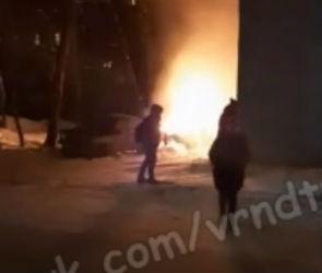 В центре Воронежа на видео сняли полыхающий «Вольво»