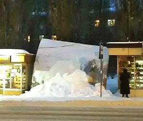 В Воронеже автобусная остановка обрушилась, не выдержав тяжести снега и льда