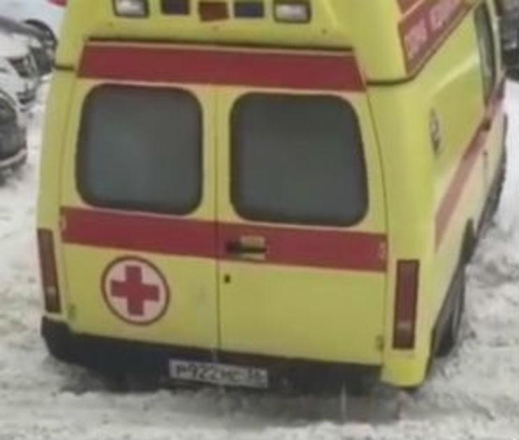Облздрав объяснил инцидент со «скорой», застрявшей в снегу у больницы