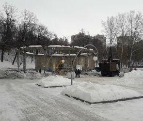 У входа в Воронежский центральный парк начали сносить заброшенный павильон