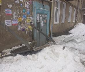 В Воронеже огромная сосулька снесла козырек подъезда