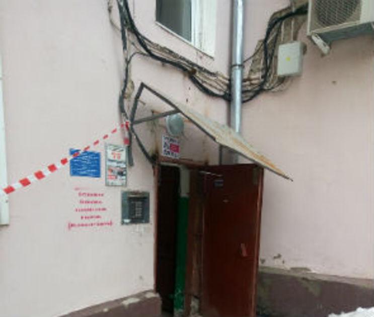 УК Ленинского района обещала почистить кровлю дома, в котором обрушился козырек
