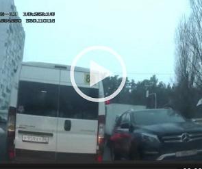 Маршрутчика, нагло проехавшего на красный свет, оштрафовали в Воронеже - видео