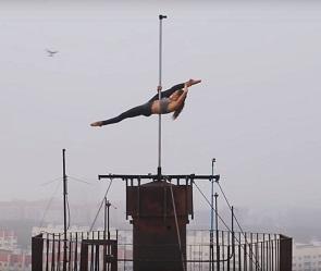 На видео сняли экстремальный танец на пилоне на высоте 80 метров в Воронеже