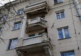 В центре Воронежа бетонная колонна с фасада дома рухнула на тротуар (ФОТО)
