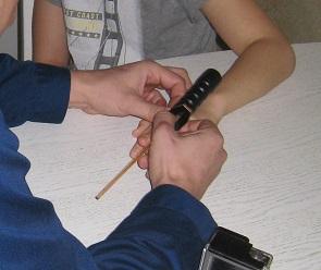 Воронежские спасатели помогли двум детям снять кольца с пальцев
