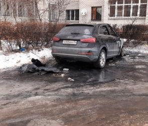 Полыхающую дорогую иномарку сняли на видео в Воронеже
