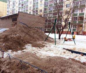 Воронежцы публикуют фото огромной снежной свалки, устроенной на детской площадке
