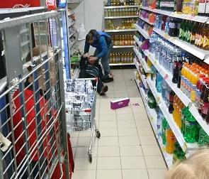 Жестокую разборку охранника с покупателем в воронежском «Магните» сняли на видео