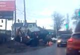 В Воронеже трактор провалился в яму, выкопанную рабочими (ВИДЕО)