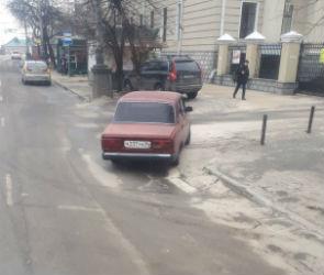 Воронежцы возмутились  автовладельцем, перекрывшим проезд на четыре дня