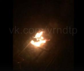На левом берегу Воронежа сняли на видео полыхающий внедорожник