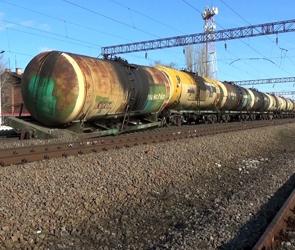 На станции под Воронежем цистерны грузового поезда сошли с рельсов: ФОТО