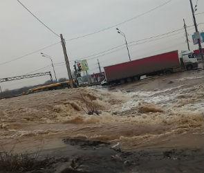 В Воронеже улица Антонова-Овсеенко ушла под воду