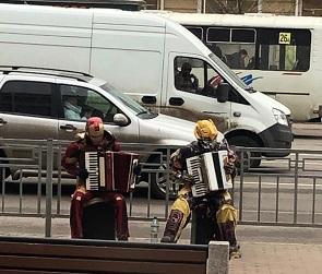 Железного человека и Бамблби, играющих на аккордеонах в Воронеже, сняли на видео