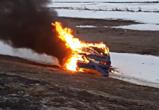 На трассе М-4 ехавшая в Воронеж машина с двумя людьми вспыхнула как факел: ВИДЕО