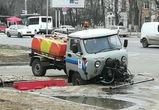 В Воронеже машина коммунальщиков провалилась в яму в асфальте