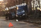 В Воронеже ГАЗель столкнулась с такси и врезалась в столб, ранен водитель: ВИДЕО