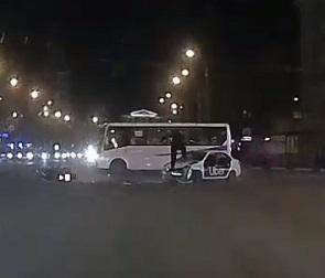 Опубликованы подробности и видео ДТП с участием такси и мотоцикла в Воронеже