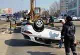 В Воронеже иномарка врезалась в дорожный знак и перевернулась – фото