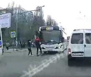 В Воронеже водитель автобуса едва не сбил пешеходов на «зебре»