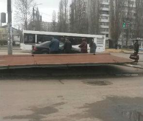 В Воронеже снесли остановку, покосившуюся после ДТП