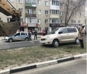 В Нововоронеже автомобилистка на «Митсубиси» застряла на бордюре