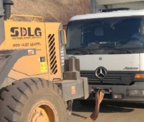Под Воронежем полицейские вызволили грузовик, застрявший в грунте