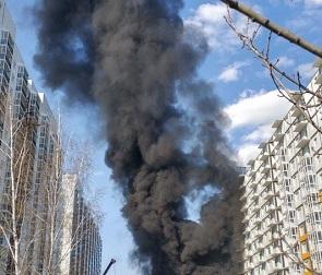 На стройке в ЖК «Грин-парк» произошел пожар – видео