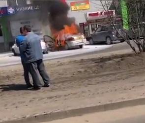 Видео с горящими на парковке у воронежского супермаркета авто появилось в Сети