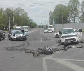 Появились фото и подробности массового ДТП на улице Новосибирской в Воронеже