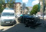 В Воронеже «Мазда» пробила ограждение после ДТП с внедорожником: есть раненые