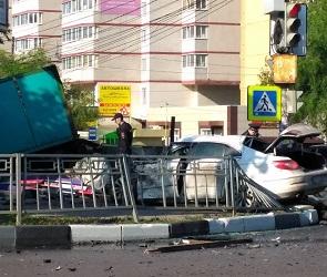 В жуткой аварии с грузовиком и иномаркой в Воронеже умер молодой водитель – фото