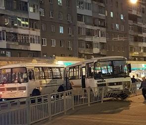 Автобус протаранил забор в центре Воронежа после столкновения с ПАЗиком – фото