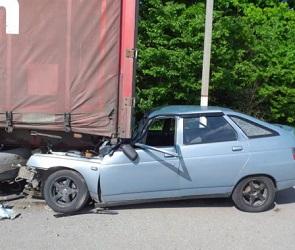 Под Воронежем ВАЗ влетел под грузовик: пострадал один человек – фото
